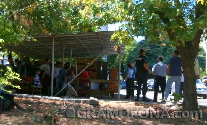 Разпитват хванатите мигранти в двора на Второ районно