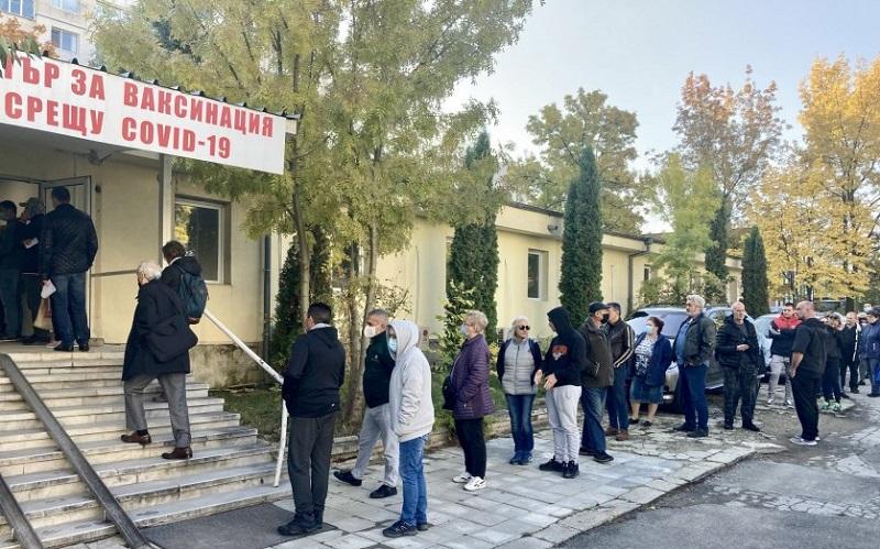 Опашка от желаещи да се ваксинират в Св. Анна в София