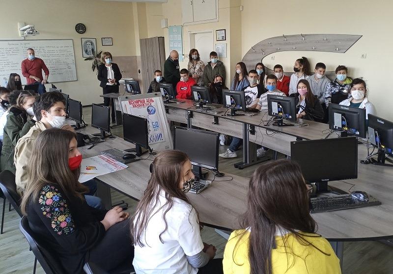 Космонавти във виртуална среща с учениците на Руската гимназия