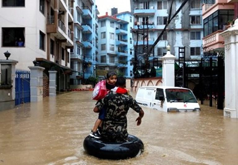 55 жертви на наводнения в Непал