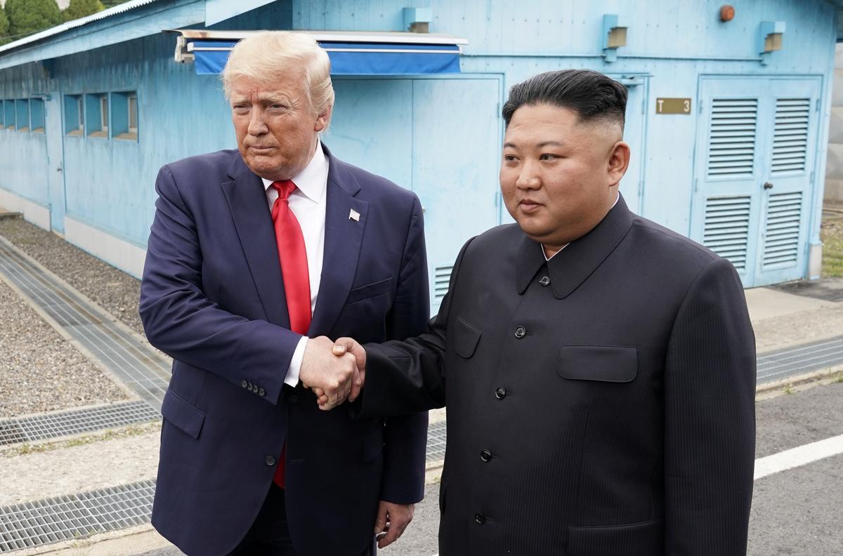 Историческо: За първи път действащ президент на САЩ стъпи в Северна Корея