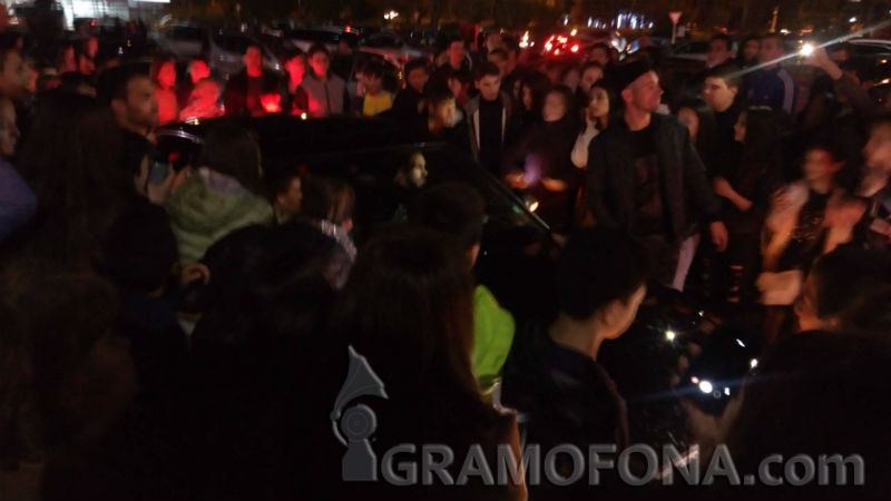 Полудели фенове се метнаха върху колата на Гери Никол, певицата не може да се измъкне след концерт в Бургас