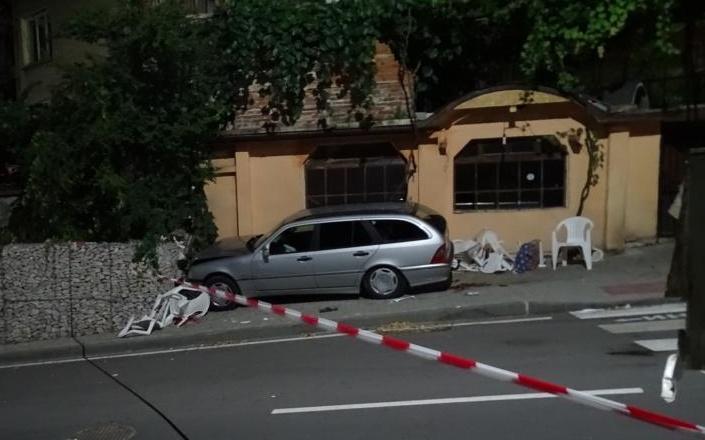 Автомобил се вряза в заведение, загина Тапиро, двама са ранени