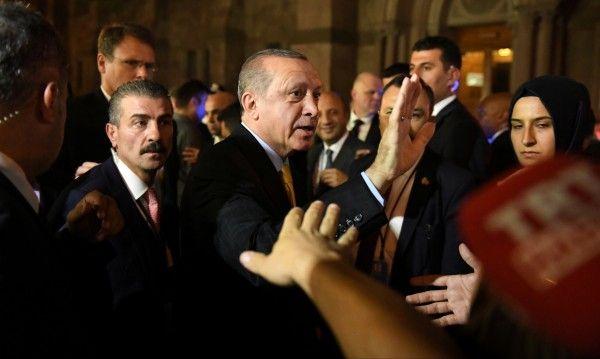 Гардовете на Ердоган извадили оръжие на летището в Сараево