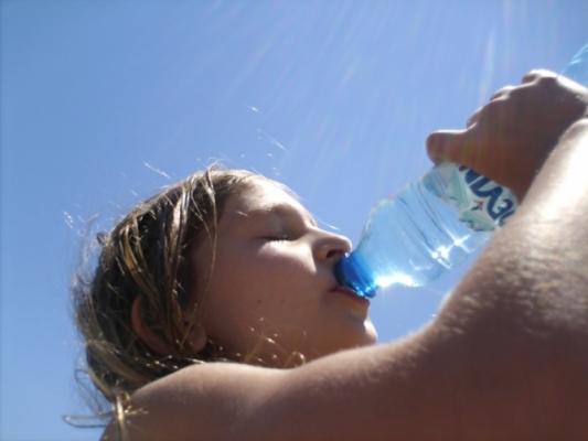 Пийте вода на плажа, обезводняването е опасно