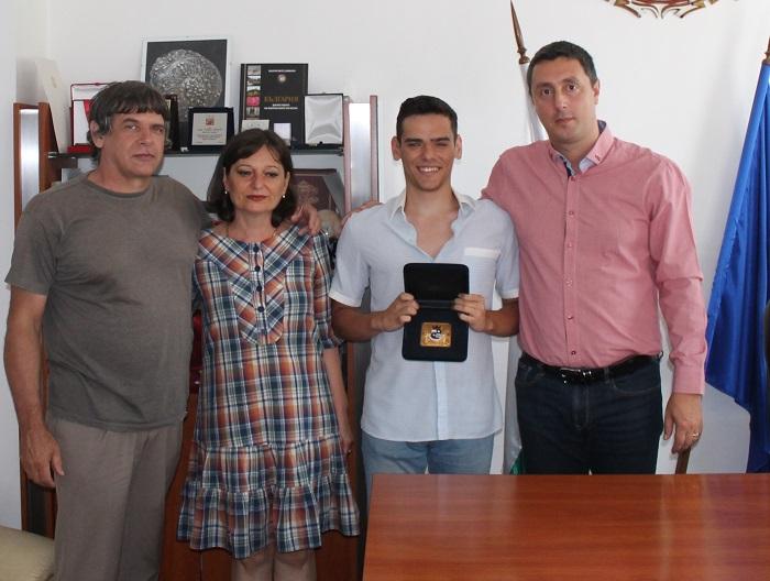 Иван Ценов с почетен плакет от кмета на Царево