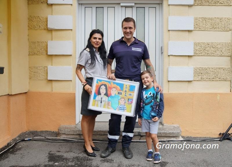 Мастършефът на бургаската пожарна – със семеен портрет от малка художничка