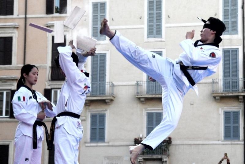 Корейски майстори на таекуондо правят шоу в Бургас
