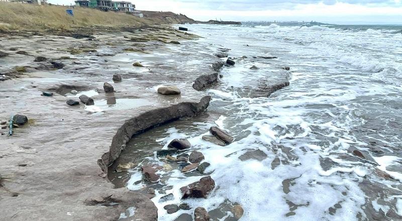 Брутални кадри от плажа в Крайморие, хиляди кубици пясък изчезнаха (ВИДЕО)