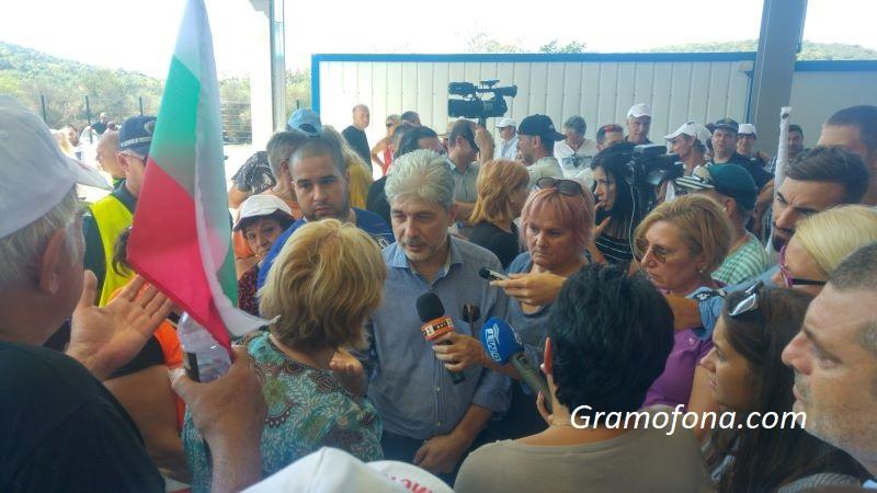 Протестиращи приклещиха екоминистъра в депото за отпадъци край Атия