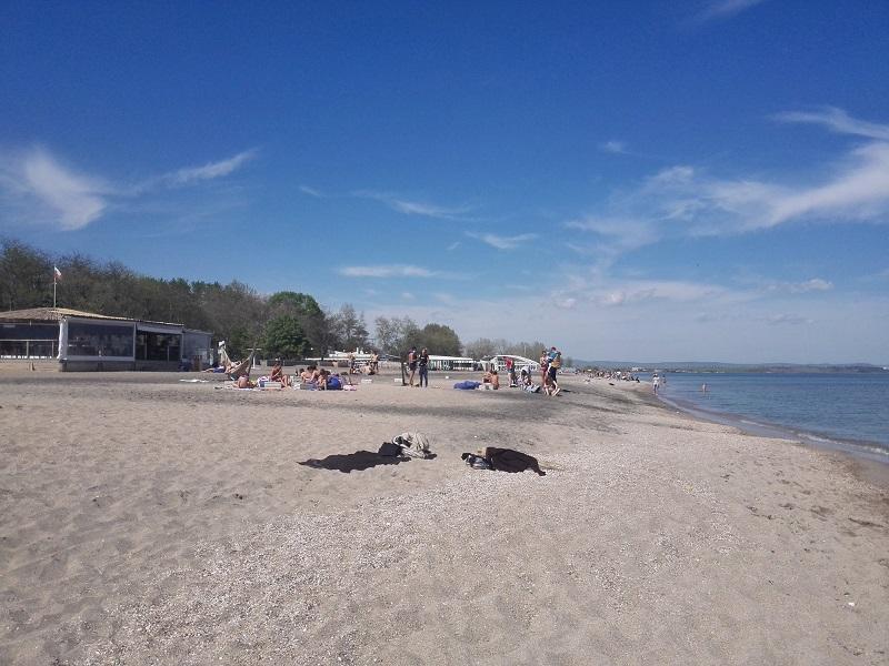 Пясъкът пари, плажът е фул с хора