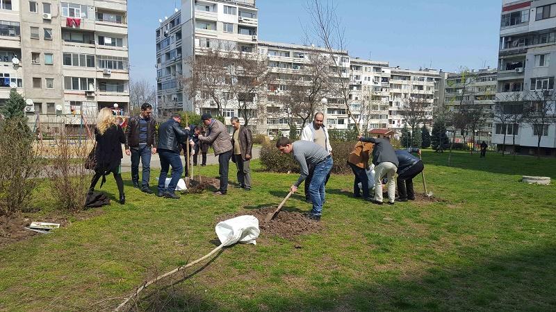 Доброволци засадиха 30 дръвчета за Световния ден на гората