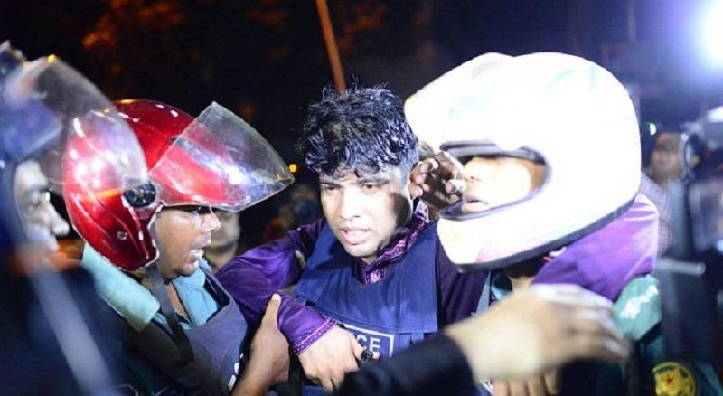 Експлозия и престрелка в училищен двор в Бангладеш