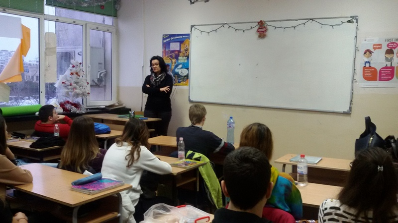 Съдия води часа на класа в Английската