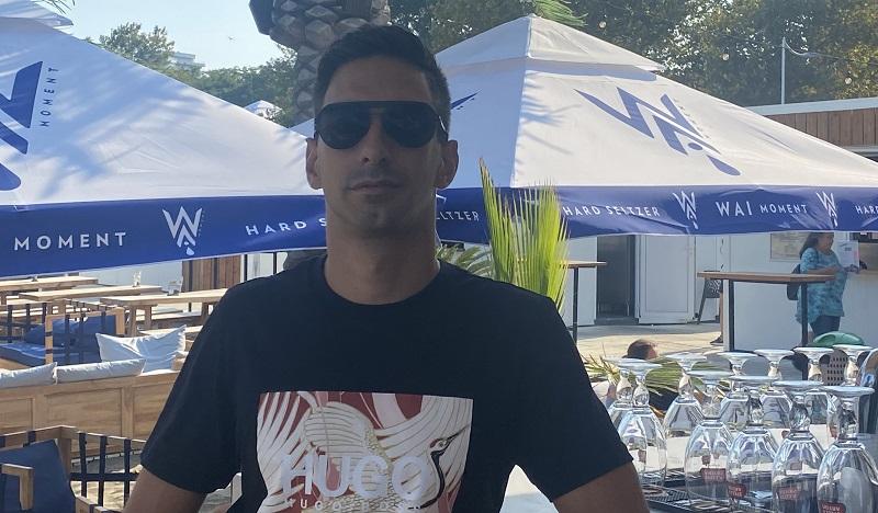 Туристи искат да си купуват шезлонги от магазина за плажа в Бургас