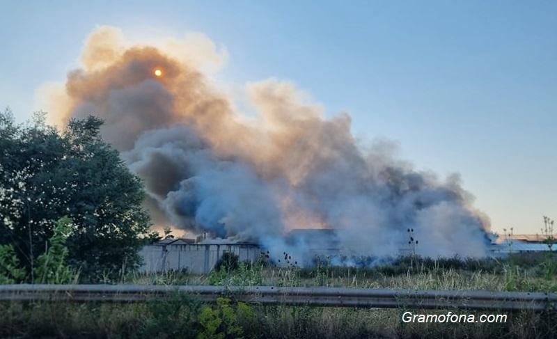 Вижте големия пожар, който гори в завод до Костинброд
