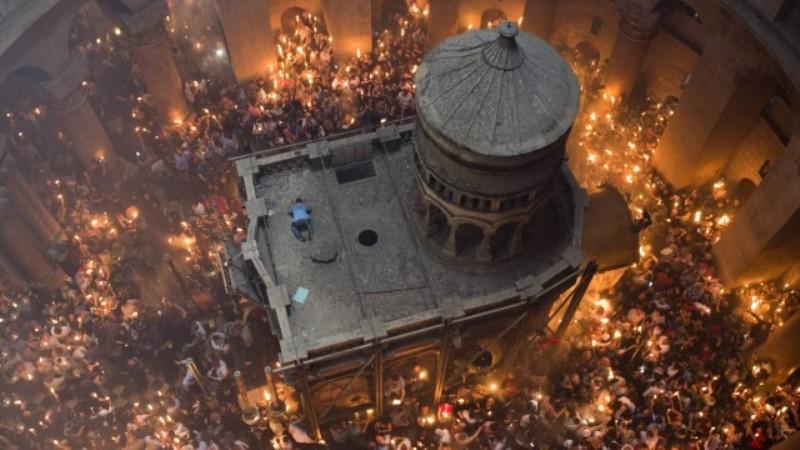Хиляди свещеници и миряни посрещнаха Благодатния огън в Ерусалим