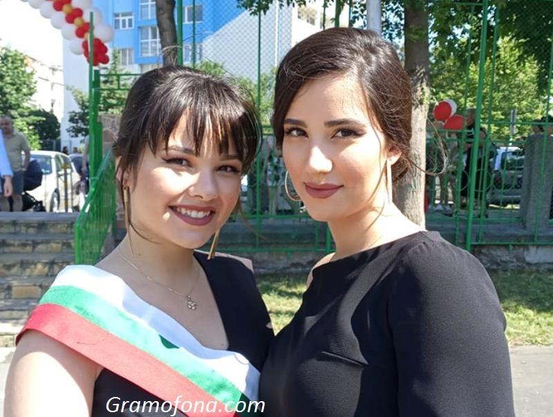 Близначки абитуриентки завършиха Руската гимназия в Бургас, ще сбъдват мечти в София