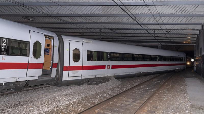 Влак дерайлира в Тайван, жертвите са десетки