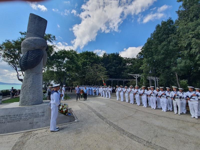 Положиха венци и цветя на Паметника на моряка в Бургас