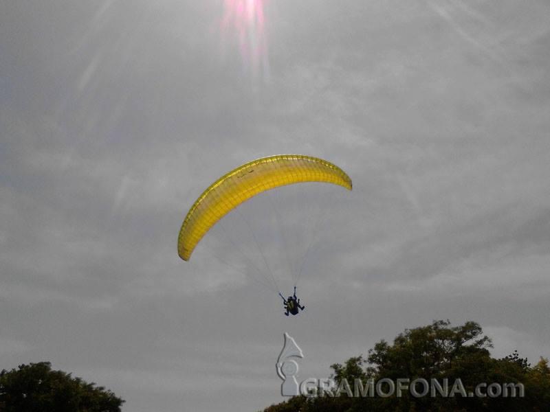 40 парапланеристи летят над морето