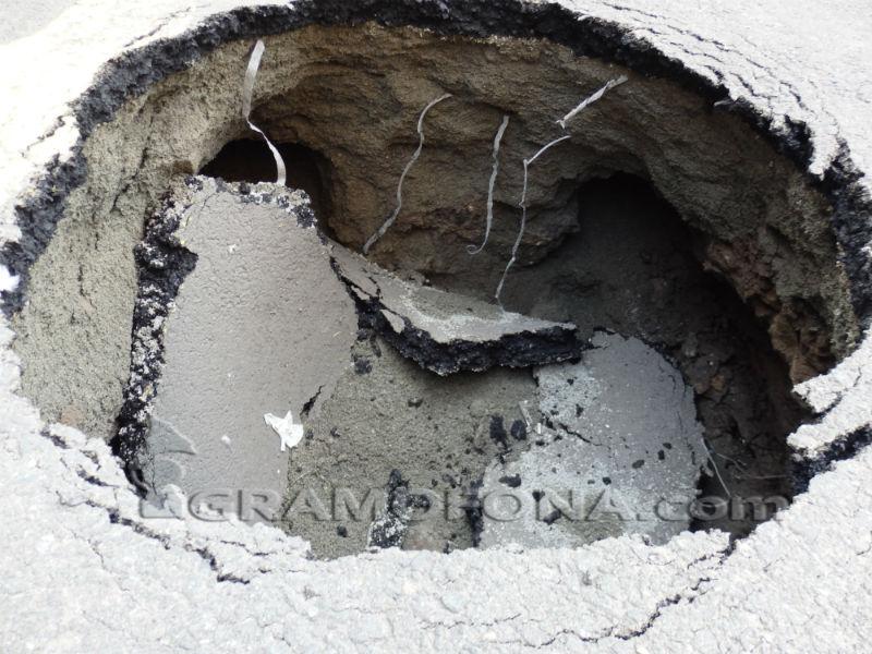 Кратер зейна в центъра на Бургас, няма кой да го обезопаси