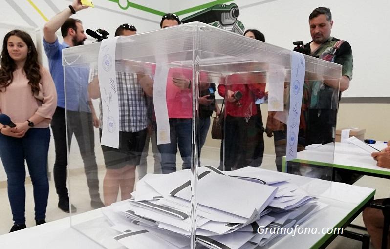 ГЕРБ с жалба от Руенско: Селски кмет цял ден стои в изборната секция