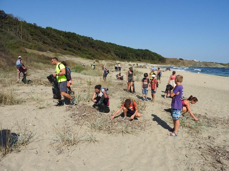Доброволци  събраха близо тон и половина отпадъци от плажове в района на Ахтопол и Синеморец
