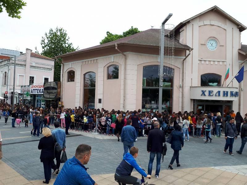 Бургазлии чакат с часове за автограф от влогър