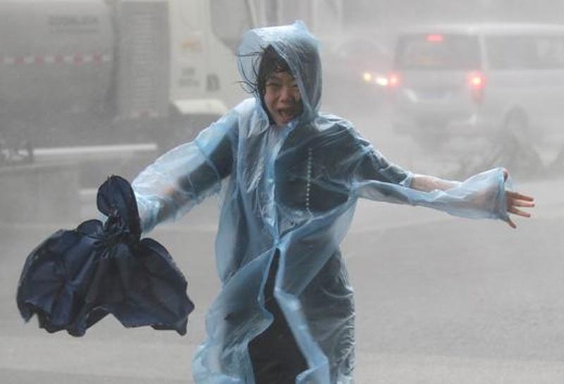 Мощен тайфун връхлетя Китай, а ураган – САЩ