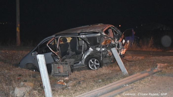 Влак помете автомобил край Сливен, шофьорът минал през спуснати бариери