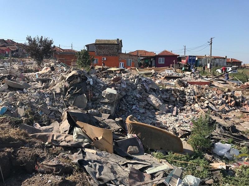 """Събориха 35 незаконни постройки в квартал """"Горно Езерово"""""""