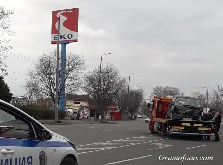 Тежка катастрофа в Кумлука, вдигнаха размазан автомобил от пътя