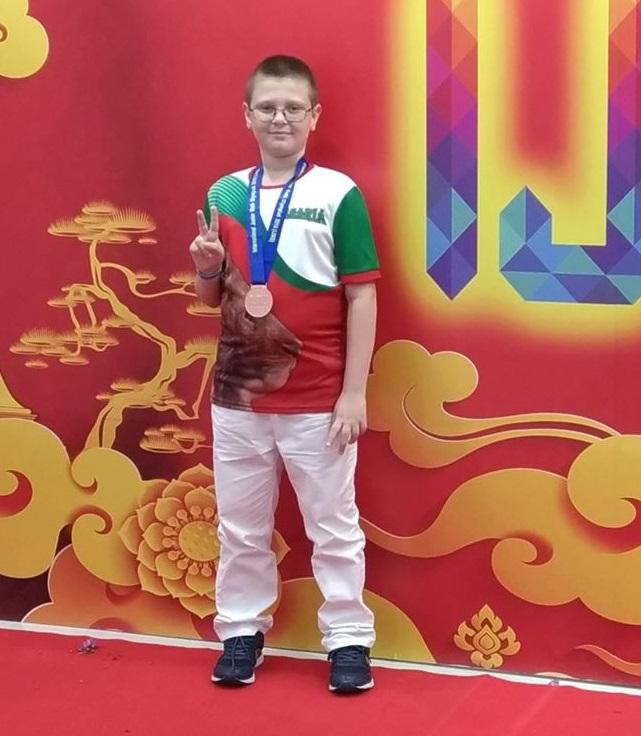 10-годишният Ясен от Бургас се завърна с бронзов медал от престижно състезание по математика в Тайланд