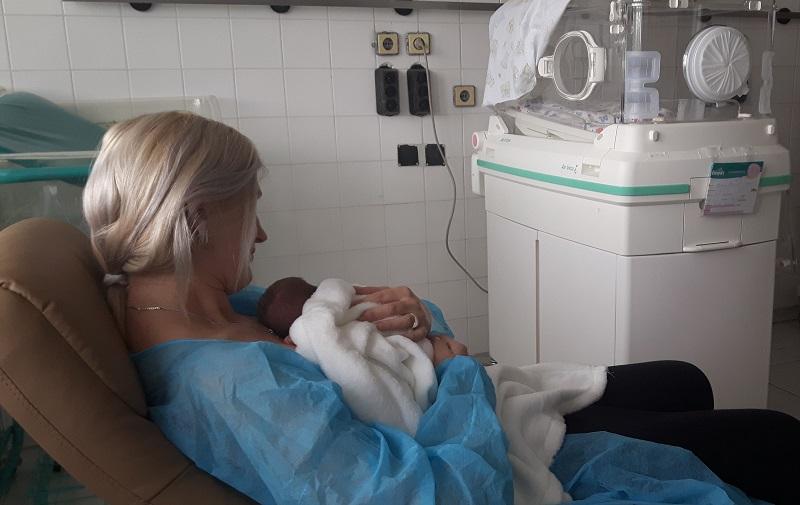 Родители прегърнаха за първи път бебетата си, тежащи под килограм