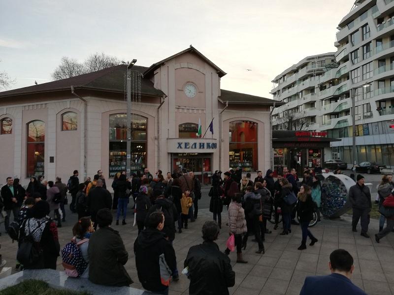 Протест с книга за историята на Бургас