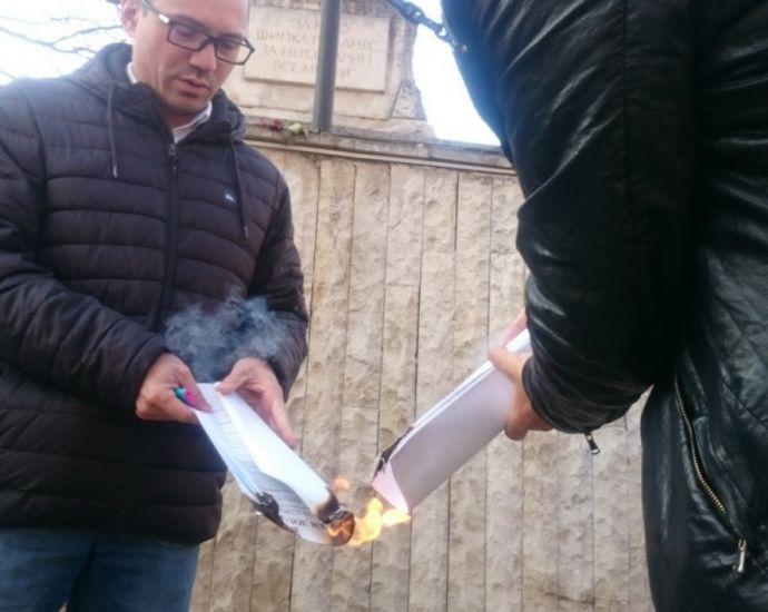 Евродепутат изгори копие на Ньойския договор в Бургас