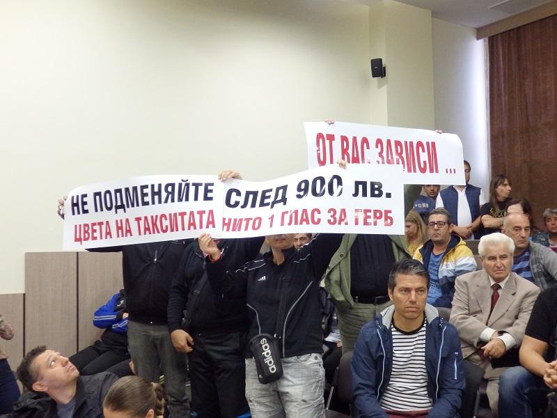 Таксиметровите водачи искат данък от 300 лева