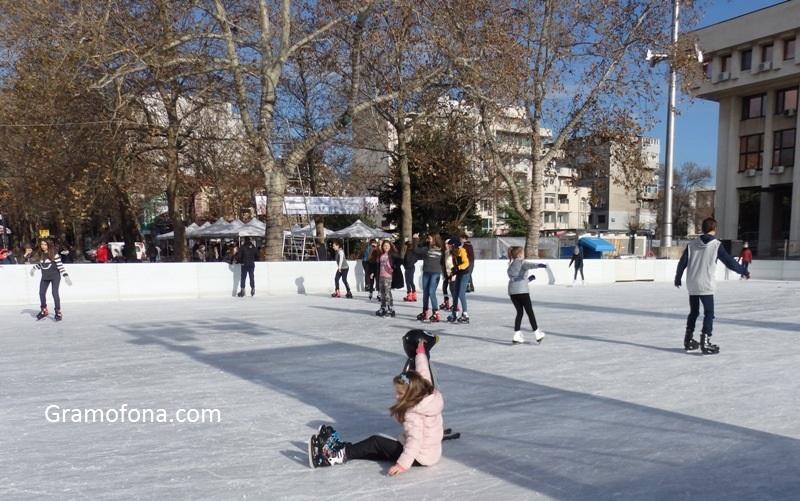 Заради топлото време и висок наем: Ледената пързалка в Бургас под въпрос