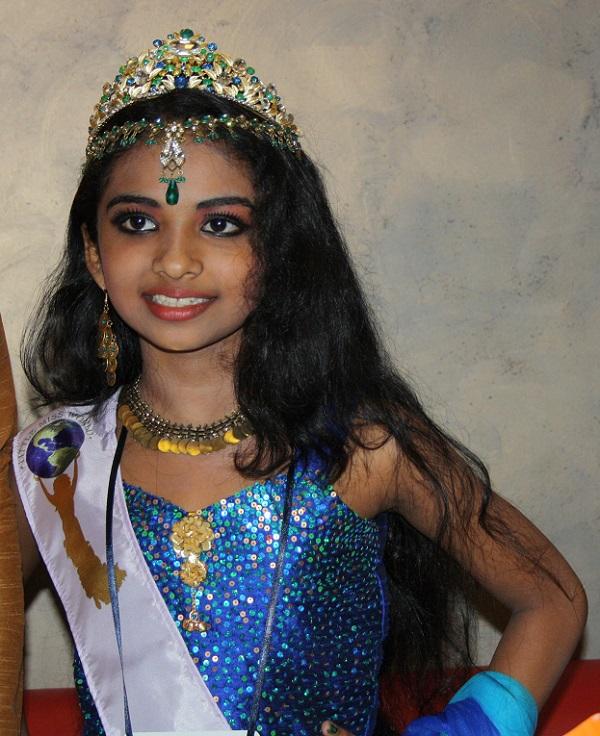 На опашка за снимка с Анамика от Индия