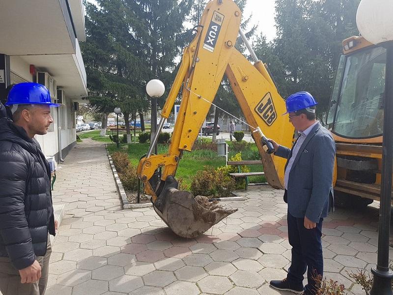 Руенският кмет Исмаил Осман направи първа копка за реконструкция на площада