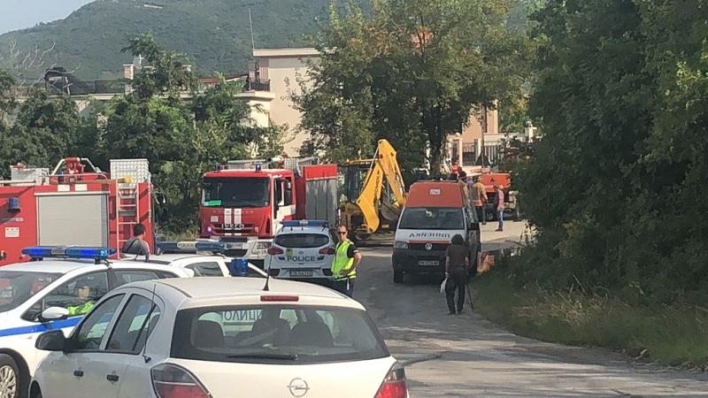 Пожарна кола падна в дере и затисна спасителен екип