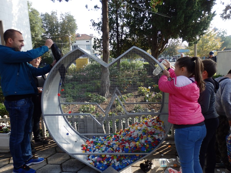 Напълниха за часове Голямото сърце на Камено с пластмасови капачки