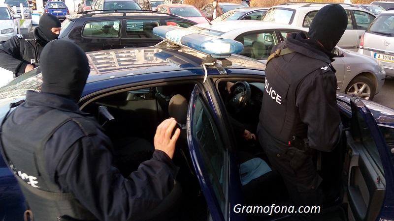 """Осем арестувани тази сутрин в бургаския квартал """"Победа"""""""