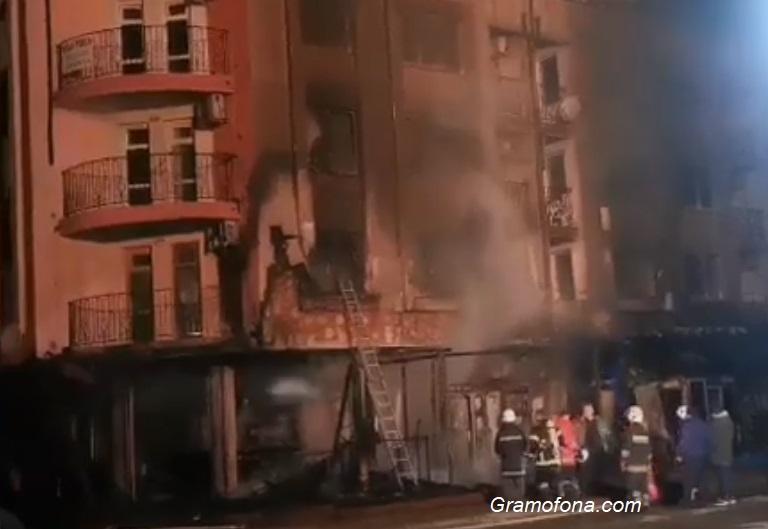 Заведение и магазин изгоряха при снощния пожар в Приморско, жена е с изгаряния