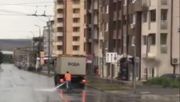 Защо в Бургас се мият улици, докато вали дъжд?