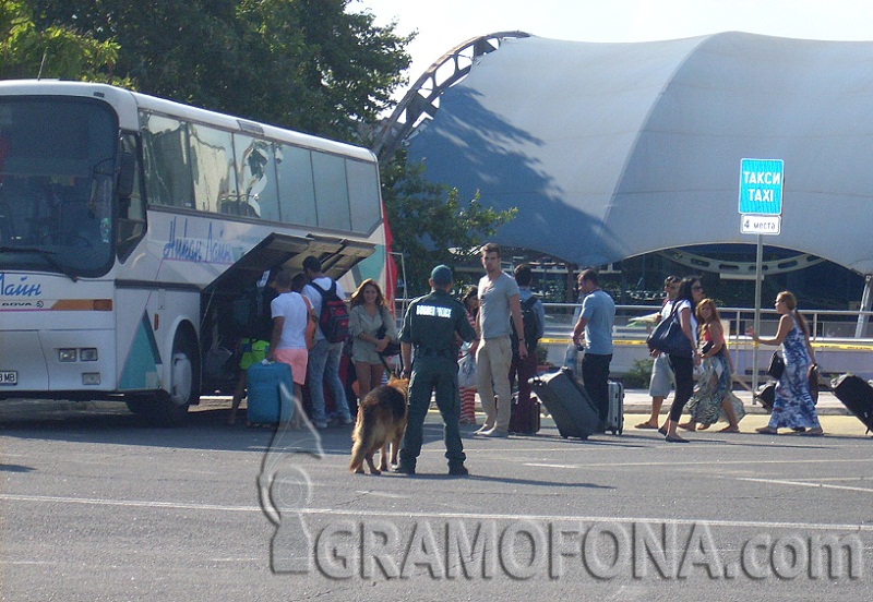 Данъчните се изхитриха, броят туристите още на летището