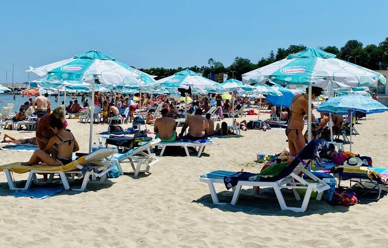 Туристи от цялата страна с предварителни резервации за плажа в Крайморие, вече се пука по шевовете