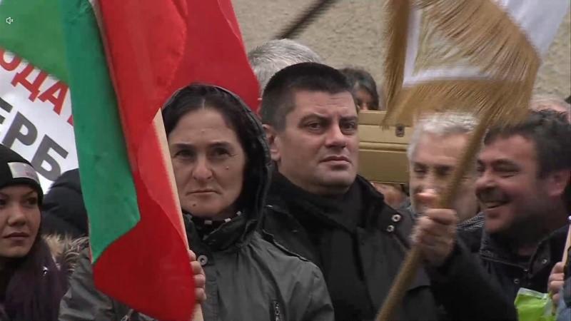 Бургазлии развяха байраци на протеста в София