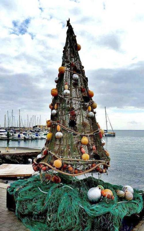 Рибари си направиха елха от… мрежи